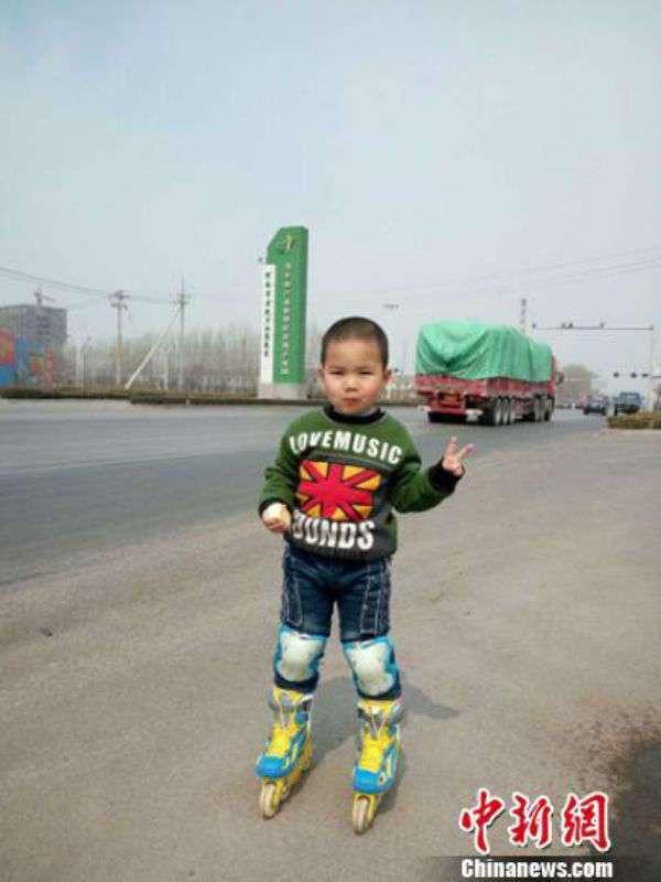 Воспитание по-китайски: 4-летний мальчик проехал более 500 километров на роликах