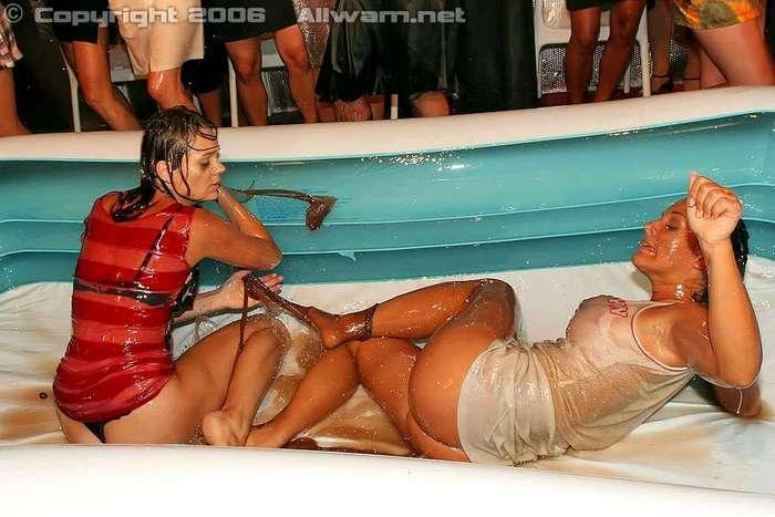 Борьба девушек в надувном бассейне