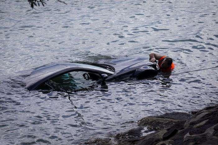 В Новой Зеландии полицейские спасли женщину из тонущего авто