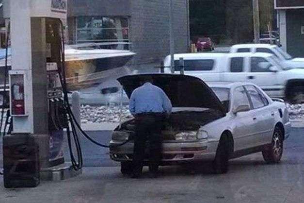 Рассеянные люди на автозаправках