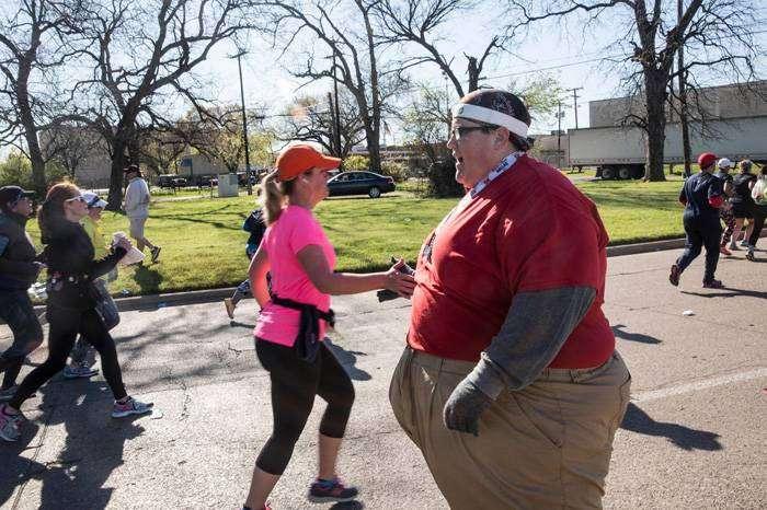 Бежать, не останавливаясь: парень весом в 250 кг вдохновляет людей своим примером