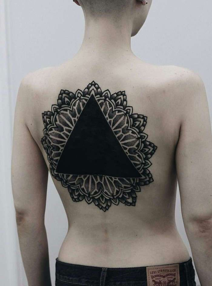 Люди в черном: новый тату-тренд в Сингапуре