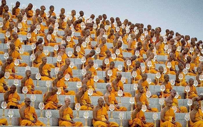 Буддистские монахи Таиланда празднуют Макха Бучу