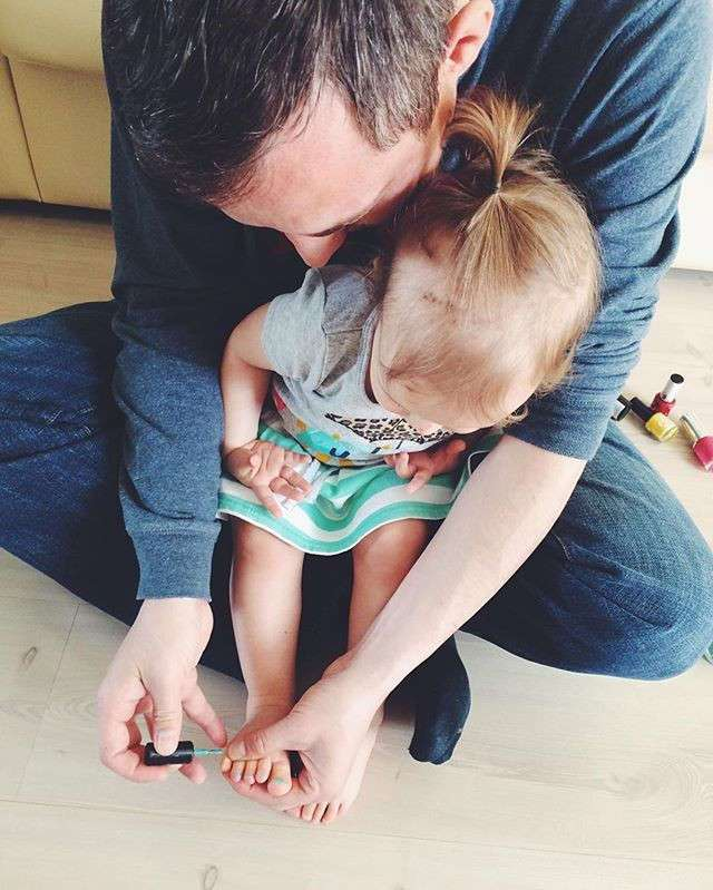 Папа красит ногти дочке папа, папа жжёт, прикол, родители, юмор