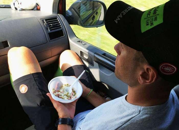 Что едят и пьют чемпионы Tour de France сразу после гонки