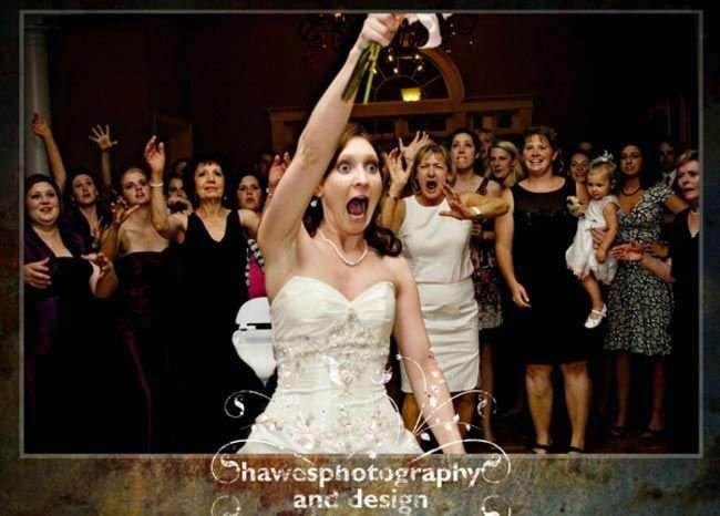 Забавные фото девушек, поймавших букет на свадьбе