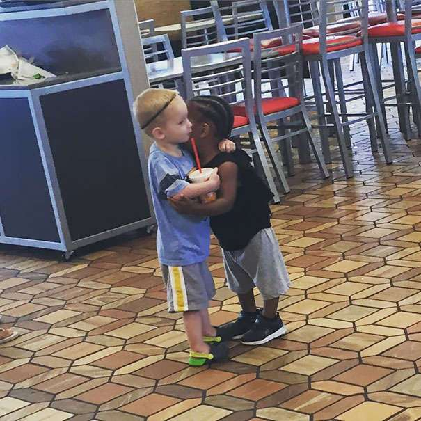 Доброта этих малышей заставит вас поверить в будущее человечества