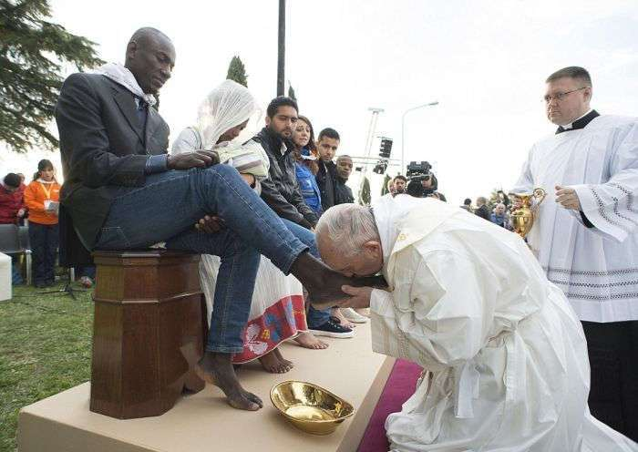 Папа Римский Франциск омыл ноги беженцам
