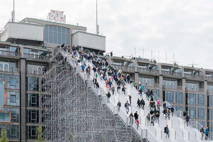Гигантская лестница на вокзале в Роттердаме