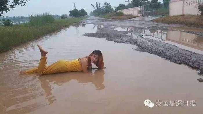 В Таиланде женщины устроили акцию протеста, принимая ванну в дорожных ямах