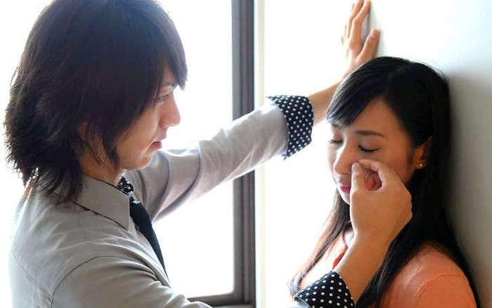 Японки теперь могут нанять человека, который будет вытирать им слезы на работе