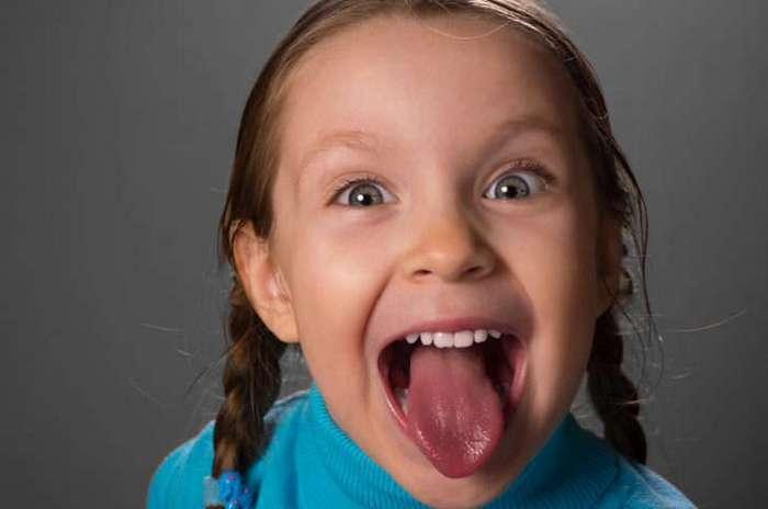 Маленькая девочка гавкала на весь лифт. И тут похмельному парню пришла в голову интересная мысль…