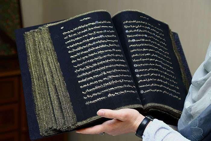 Азербайджанская художница переписала Коран золотом