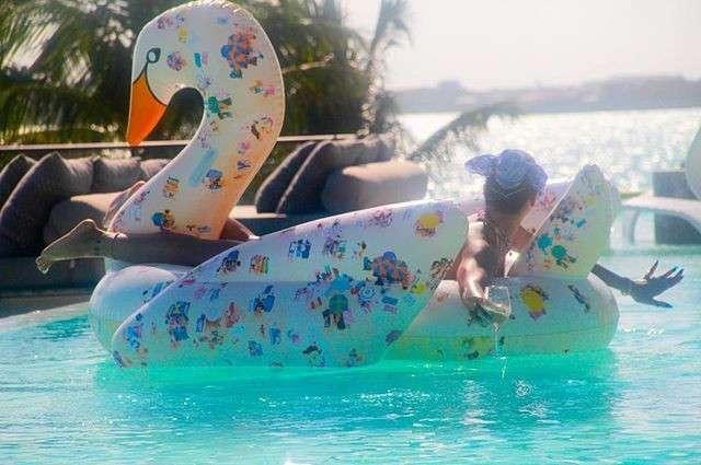 Рианна впечатлила откровенными фото в бассейне
