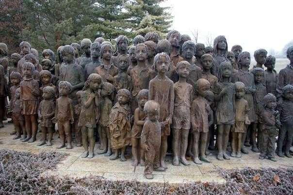 Это памятник 82 уничтоженным детям (в натуральную величину)