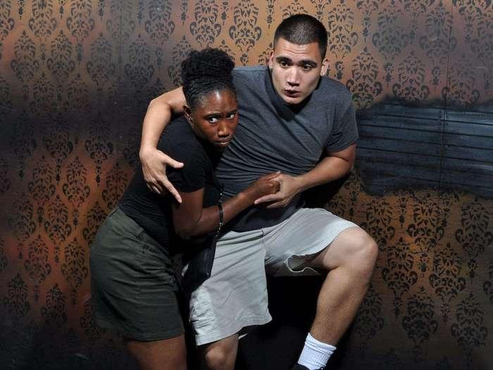 Страшно смешно: 25 эмоциональных фото из комнаты ужасов