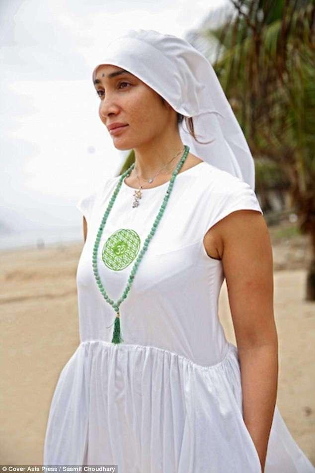 Звезда Болливуда отказалась от силиконовой груди, откровенных нарядов, чтобы стать монашкой