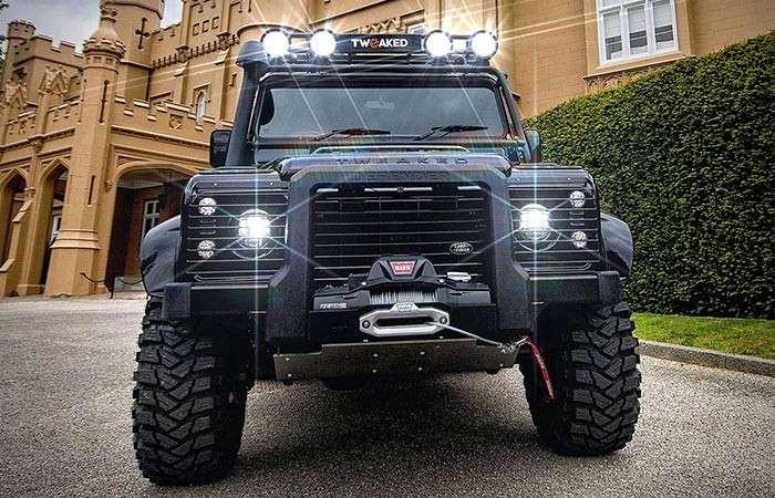 Land Rover Defender один из автомобилей Джеймса Бонда