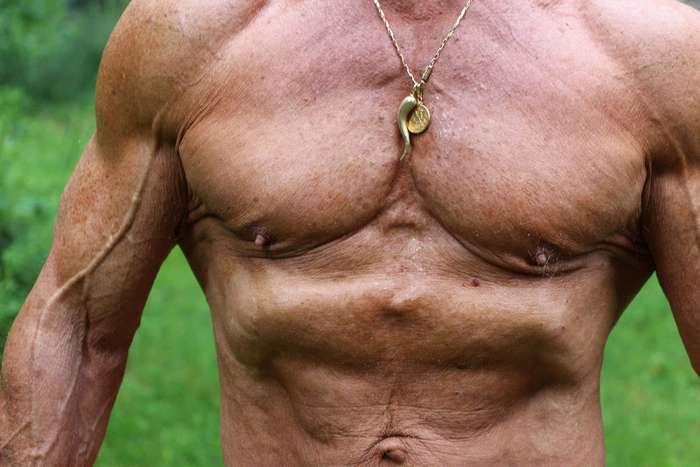 Бодибилдер держит себя в отличной форме даже в 80 лет