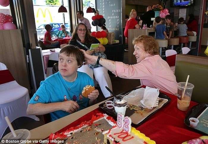 Женщина с синдромом Дауна вышла на пенсию после 32 лет работы в McDonald's