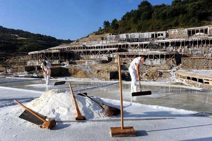 Как добывают соль в Испании