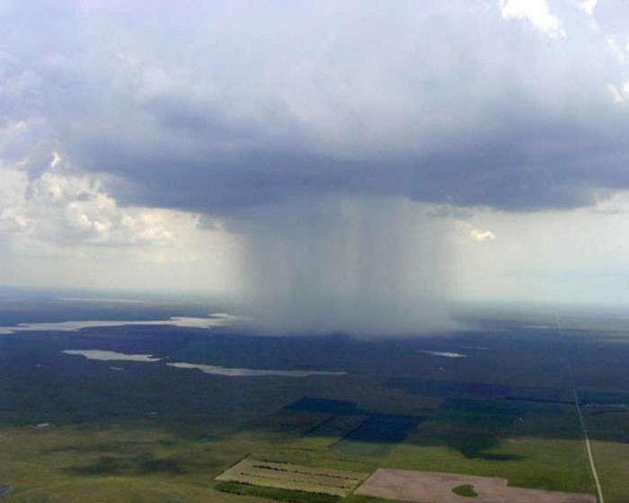 Дождь из окна самолета: зрелище, которое захватывает дух