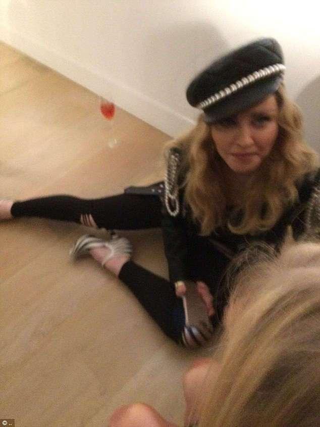 Потрепана, но не побеждена: старушка Мадонна шокирует гостей престижной фотовыставки в Лондоне