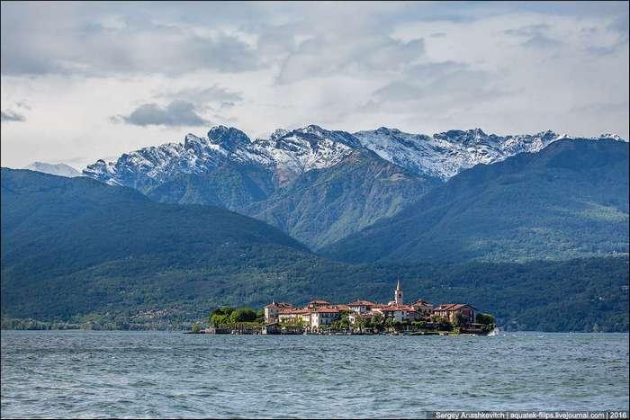 Дворец, плывущий по озеру