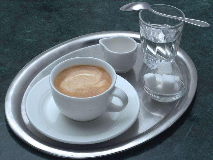 Зачем пить воду после кофе