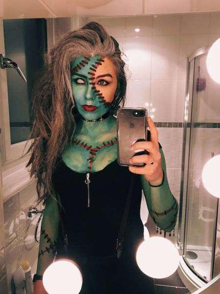 Очаровательные девушки празднуют Хэллоуин