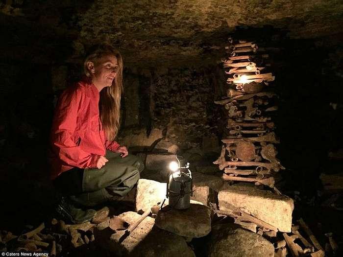 Индиана Джейн: американка на серфе исследует полные скелетов катакомбы Парижа