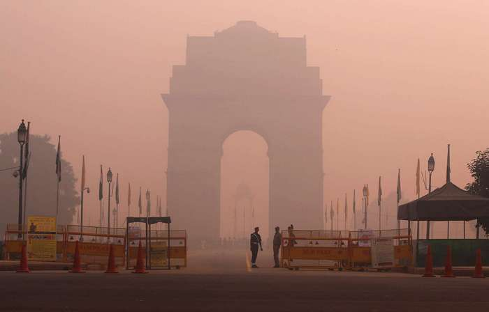 Впечатляющие фото индийской столицы в дыму от бесчисленных фейерверков в честь праздника Дивали