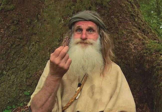 Он живет на дереве, не носит обувь и чистит зубы шишкой