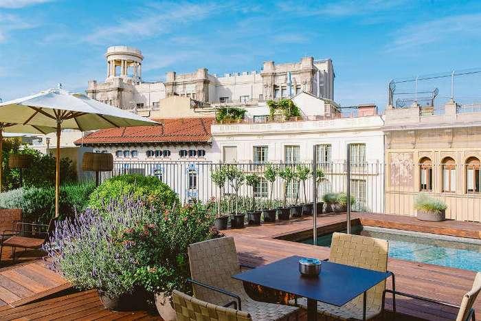 Испанский отель с бассейном на крыше