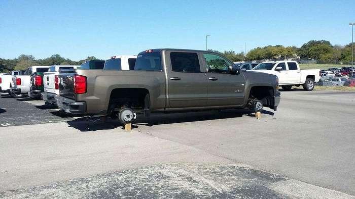 Массовая кража колес, с парковки официального дилера автомобилей