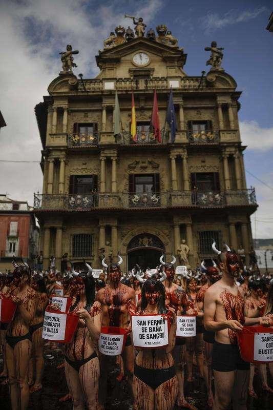 Десятки полуголых девушек устроили протест против испанского забега быков