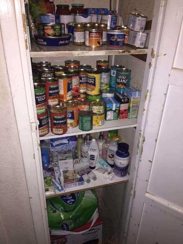 Одинокая старушка никого к себе не пускала, но соседка убедила открыть ей дверь