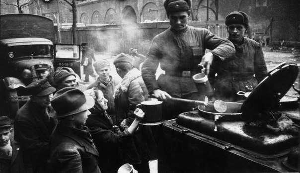 Натуральный кофе вместо расстрелов. Как советские солдаты возвращали Берлин к жизни.