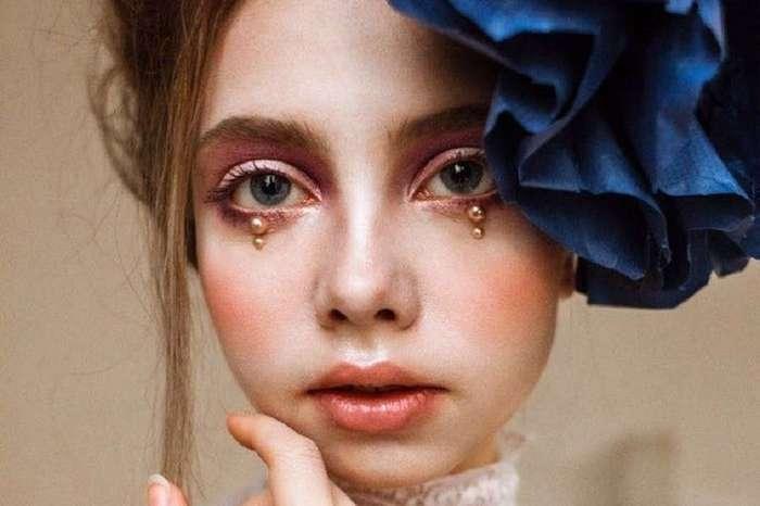 Художница с помощью своей кукольной потусторонней внешности создает красочный мир причудливой фантазии