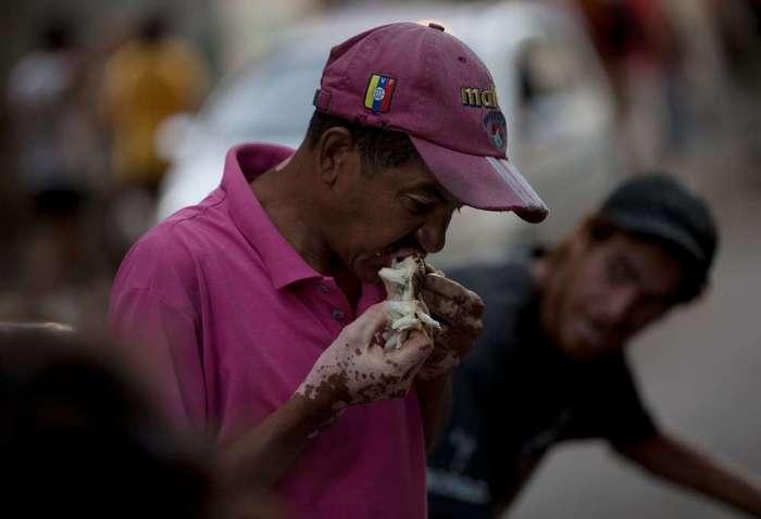 В Венесуэле люди питаются овощами и фруктами из мусорок