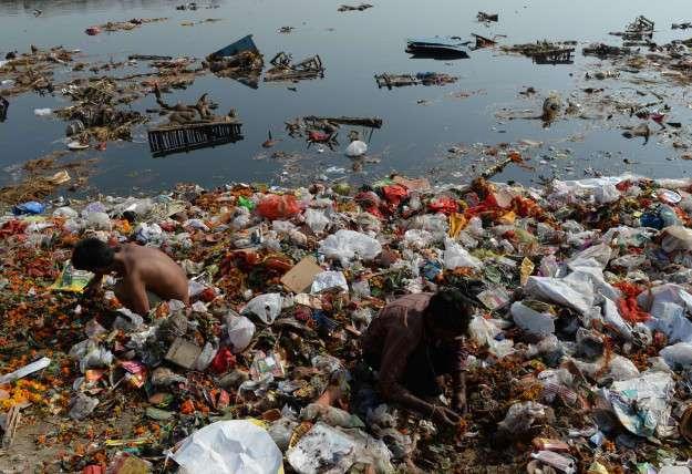 Смог, жуткая пена и мусор на реке Йамуна в Дели — очень похоже на экологическую катастрофу