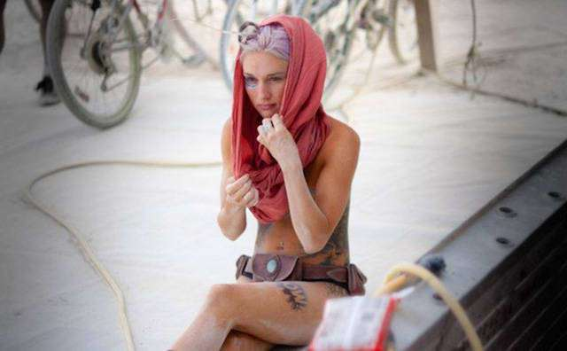 Симпатичные девушки с фестиваля Burning Man