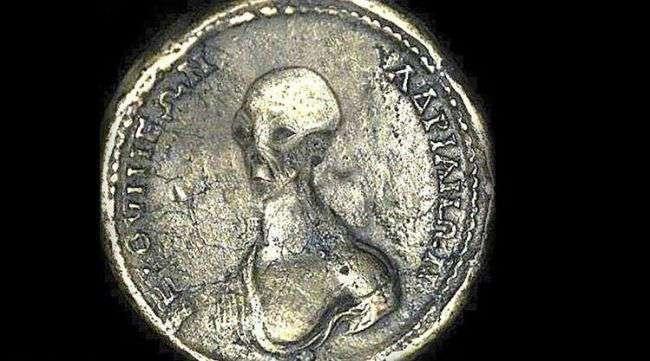 Строители нашли в Египте старинную монету с пришельцем