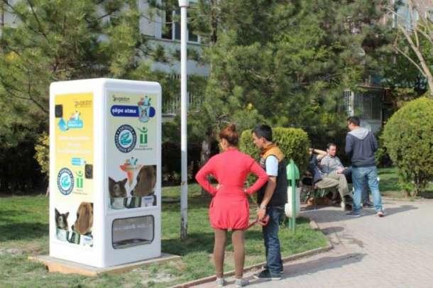 Автоматы для кормления бездомных животных — гениальный проект в Турции