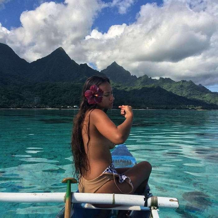 Таитянскую модель, любящую плавать обнаженной с морскими хищниками, называют «Королевой скатов»