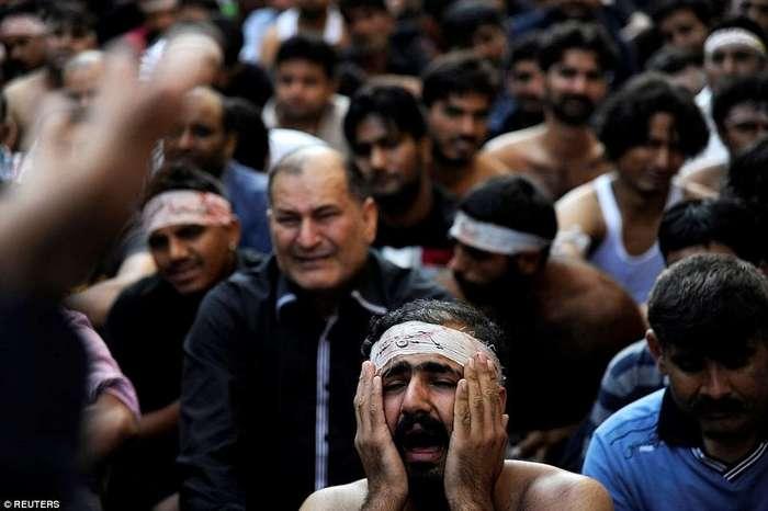 Раны на головах, выпученные глаза и самобичевание: в честь праздника мусульмане истязают себя