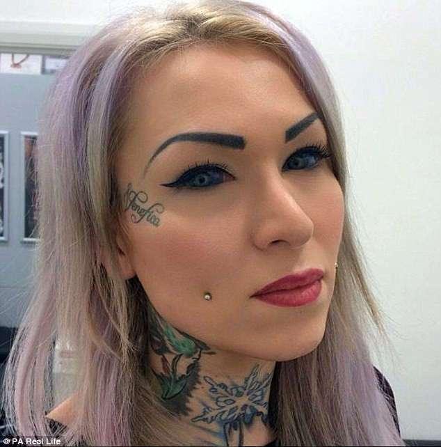 Рискуя ослепнуть, девушка сделала татуировку на глазных яблоках