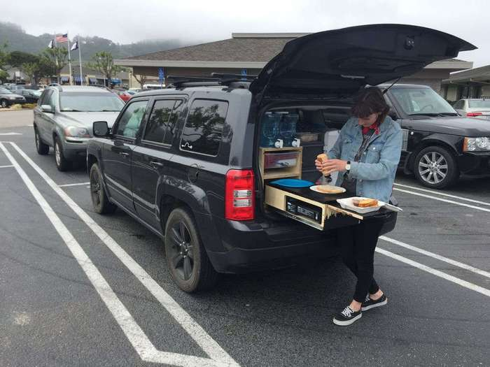 Парень превратил багажник в идеальное приспособление для отдыха на природе
