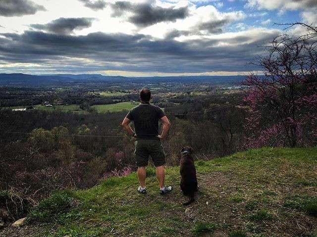 Парень путешествует по США вместе с больной раком собакой