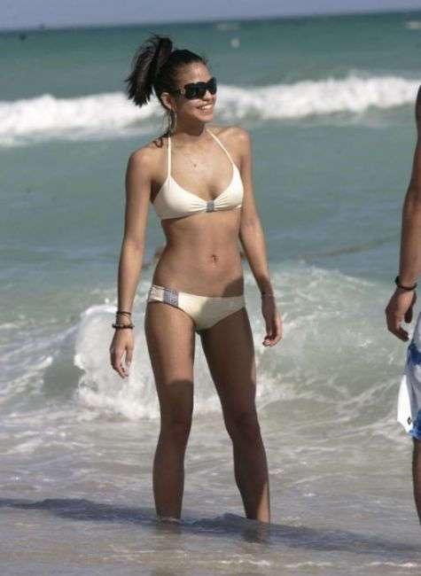 Если вам не хватает летнего настроения и тепла, то предлагаем взглянуть на симпатичных девушках в купальниках
